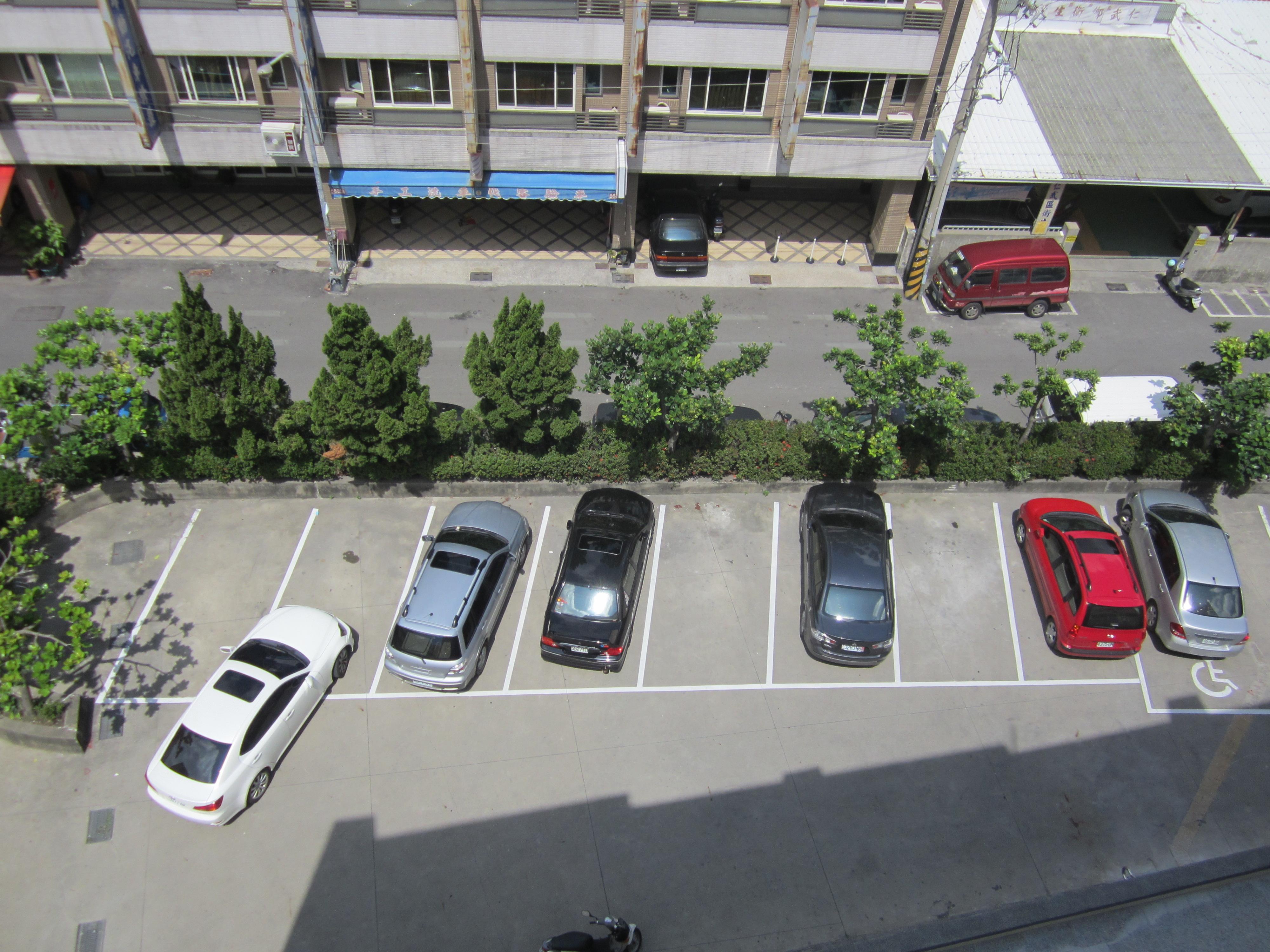 本所前方有8個停車位