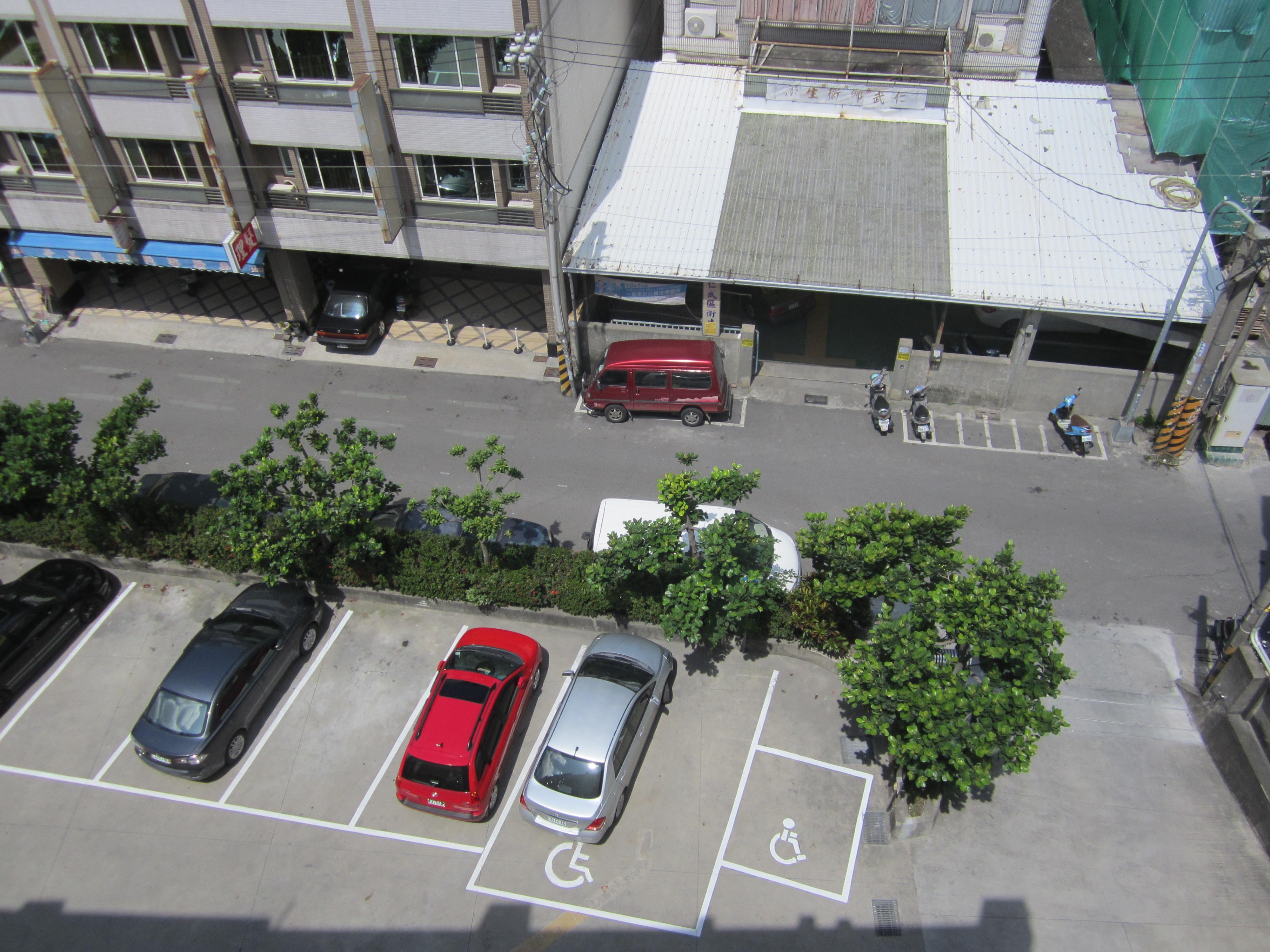 本所汽車、機車無障礙停車位及出口